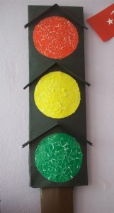 how-to-make-a-traffic-light-out-of-cardboard-2