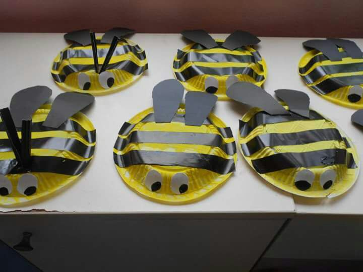 Plastic plate bee craft preschool and homeschool for Plastic bees for crafts