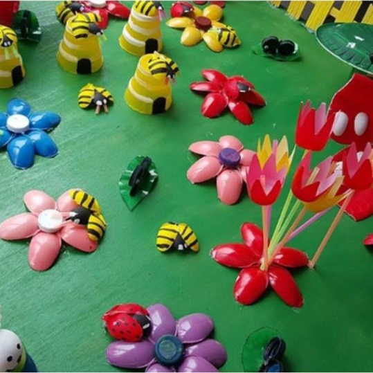 Plastic spoon bee craft preschool and homeschool for Plastic bees for crafts